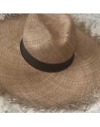 chapeau de soleil et plage en raphia ou paille
