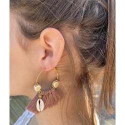 BAOBAB Boucles d'oreilles dorées coquillage cauri et pompons marron glacé