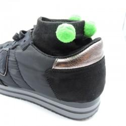Socquettes noires à pompons ronds vert fluo