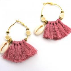 BAOBAB Boucles d'oreilles dorées coquillage cauri et pompons vieux rose